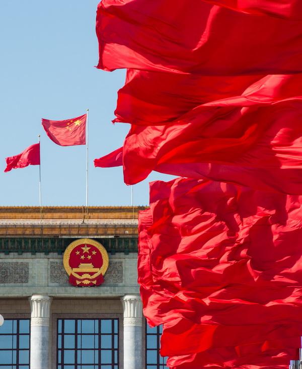 这是人民大会堂外飘扬的红旗. 新华社记者 李响 摄