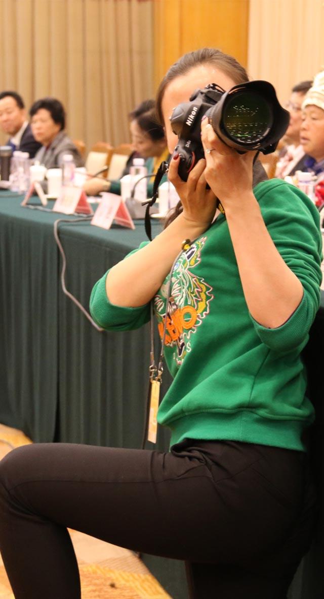 自拍神器是什么_图解:两会现场的女神和女汉子--中国人大新闻--人民网