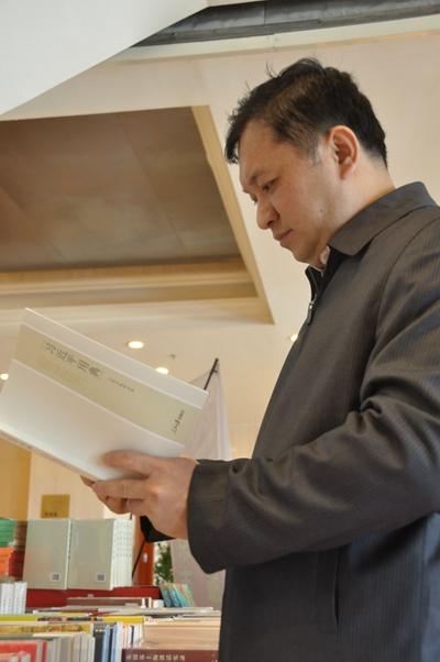 来自海南团的代表在远望楼宾馆新华书店购书点阅读《习近平用典》.