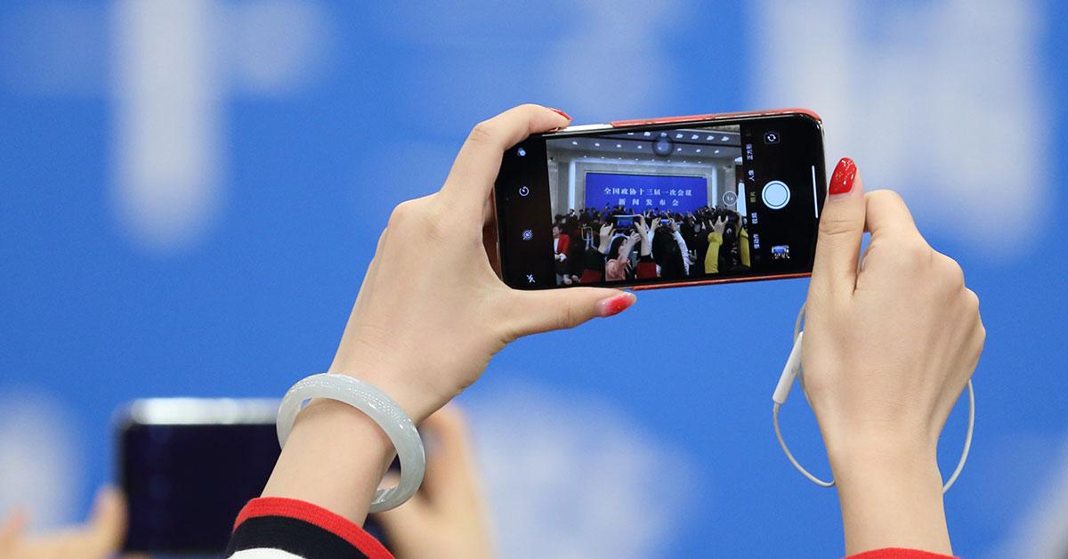 全国政协新闻发布会记者显神通 高举手机、全景设备记录现场2018年3月2日,全国政协十三届一次会议新闻发布会举行,大会新闻发言人王国庆向中外媒体介绍本次大会有关情况并回答记者提问。现场记者各显神通高举手机、全景设备记录发布会全程。。
