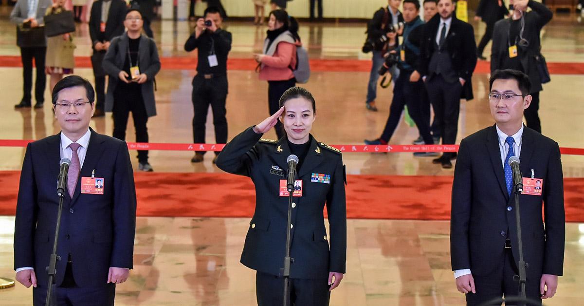 """首场""""代表通道""""集中采访3月5日,第十三届全国人民代表大会第一次会议在北京人民大会堂开幕。根据大会安排,首场""""代表通道""""集中采访活动在人民大会堂中央大厅北侧进行,10名全国人大代表接受采访。"""