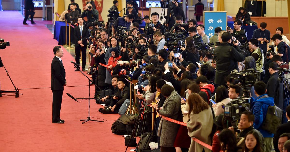 """两会""""部长通道""""再次开启 六位部长回答记者提问3月5日,第十三届全国人民代表大会第一次会议在北京开幕。开幕会后在人民大会堂再次开启了""""部长通道"""",六位部长相继回答了记者提问。"""