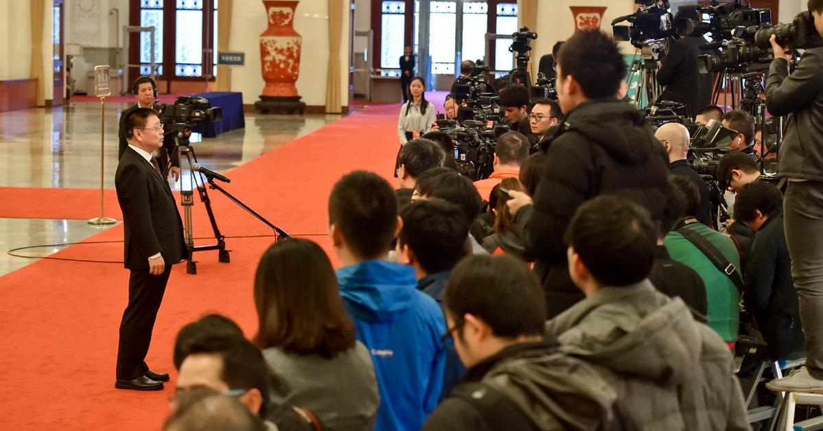 """第五场""""部长通道""""开启3月19日上午9时,十三届全国人民代表大会一次会议在人民大会堂举行第七次全体会议。会议结束后,北大厅""""部长通道""""开启。"""