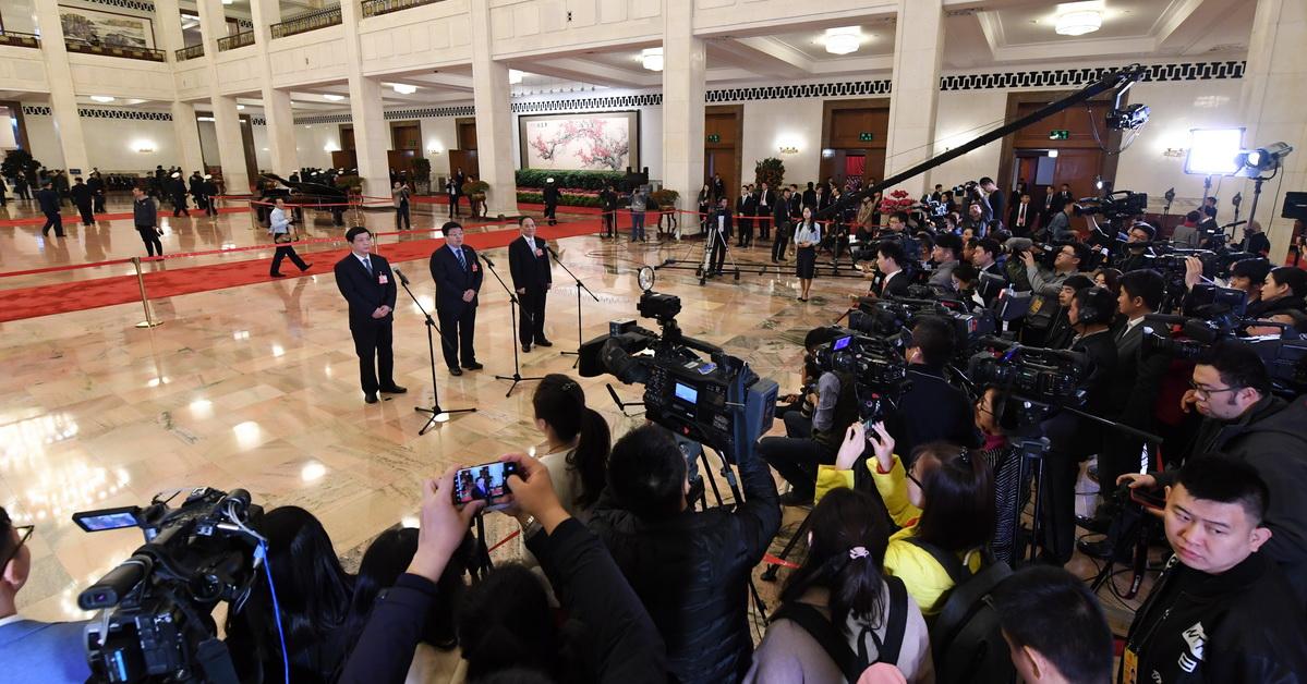 """第五场""""代表通道""""开启:全国人大代表接受采访3月20日上午9时,十三届全国人大一次会议在人民大会堂举行闭幕会,这是全国人大代表在""""代表通道""""接受采访。"""