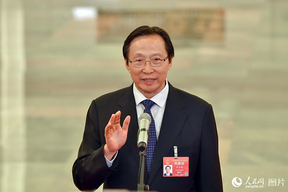 农业农村部部长韩长赋回答记者提问。