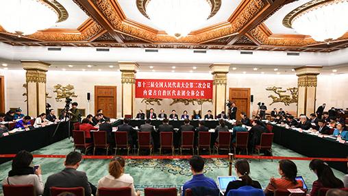 """内蒙古代表团:构筑祖国北疆万里绿色长城  """"构筑我国北方重要生态安全屏障,把祖国北疆这道风景线建设得更加亮丽,必须以更大的决心、付出更为艰巨的努力。""""3月5日下午,习近平总书记在参加他所在的十三届全国人大二次会议内蒙古代表团审议时强调。 """"我们一定守护好祖国北疆这道亮丽的风景线,切实把总书记的重要指示和殷切希望转化为建设我国北方重要生态安全屏障、构筑祖国北疆万里绿色长城的生动实践和实际成效。""""3月6日的十三届全国人大二次会议内蒙古自治区代表团开放日上,面对90多家中外媒体,全国人大代表、内蒙古自治区党委书记李纪恒做出了庄严承诺。【详细】"""
