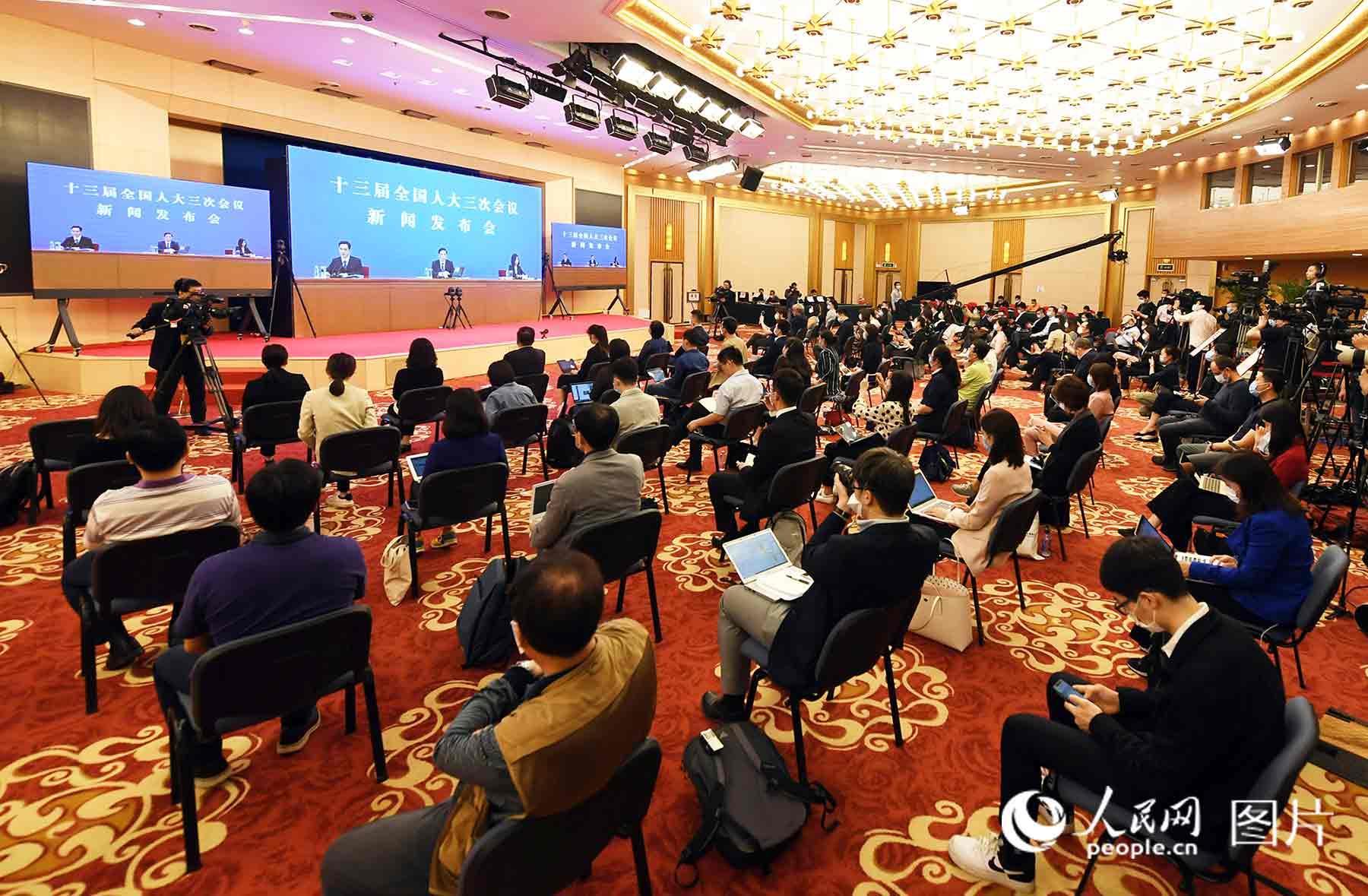 十三届全国人大三次会议新闻发布会记者云提问。人民网记者 翁奇羽 摄