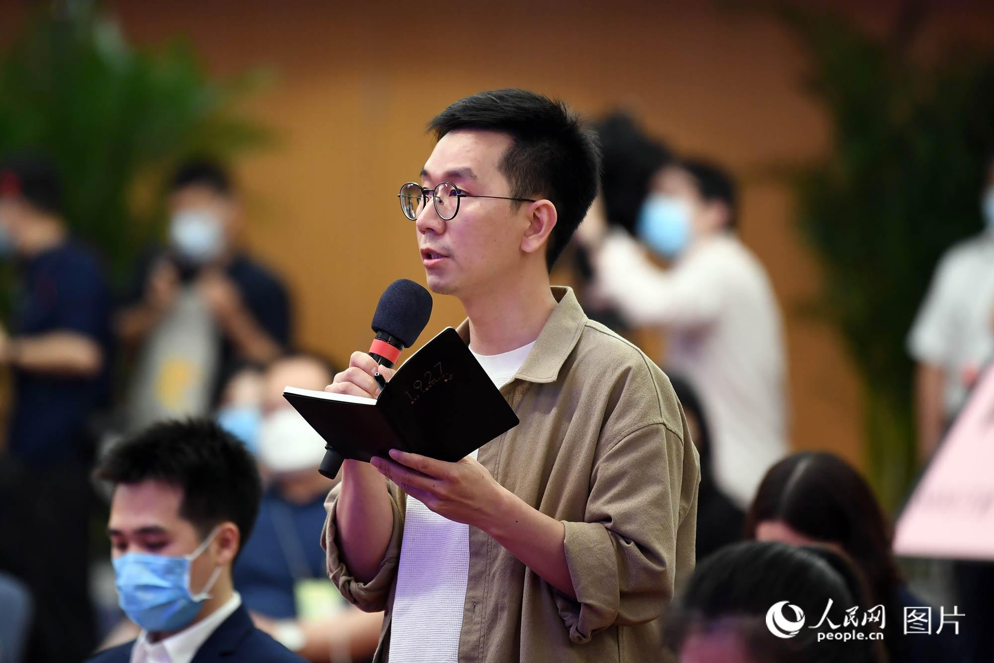 澎湃新闻记者提问。人民网记者 翁奇羽 摄