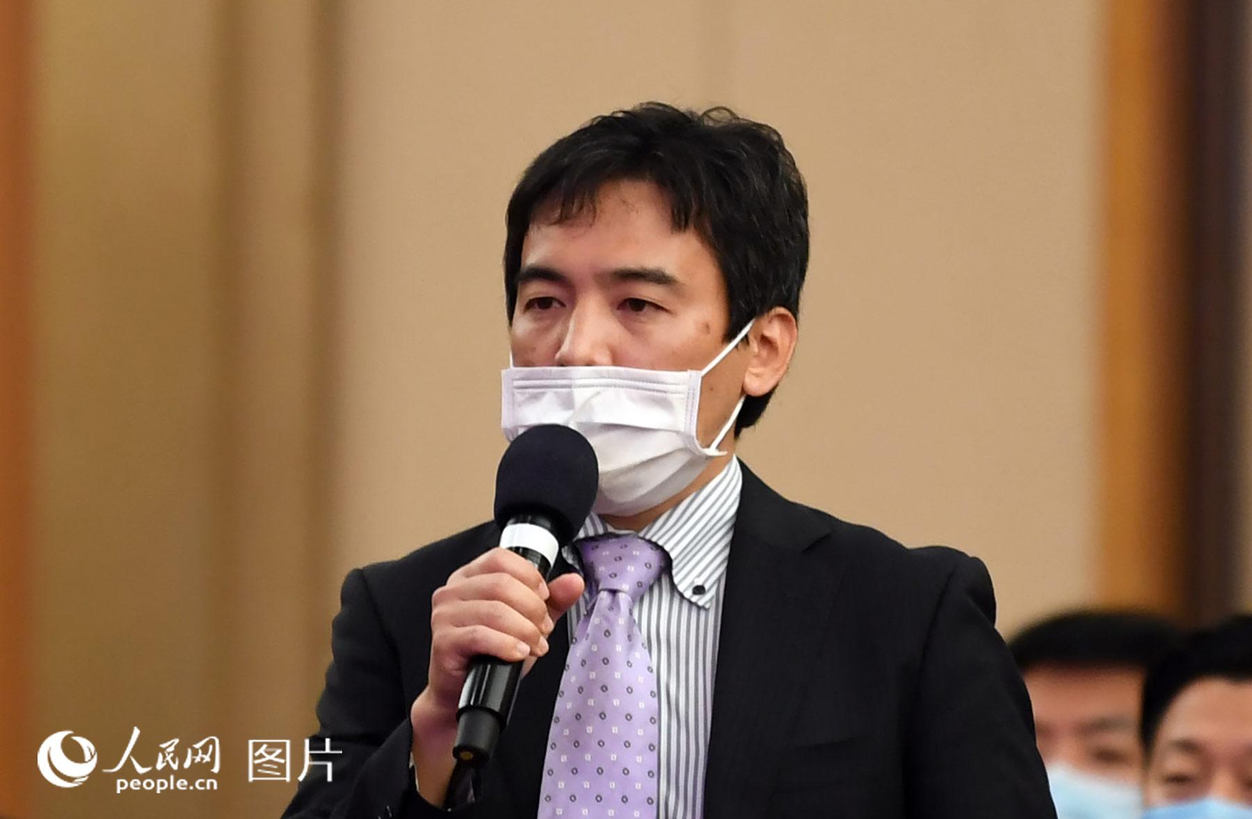 日本富士电视台记者提问。人民网记者 翁奇羽 摄