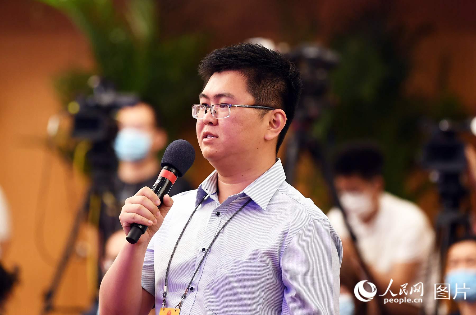人民日报社记者提问。人民网记者 翁奇羽 摄