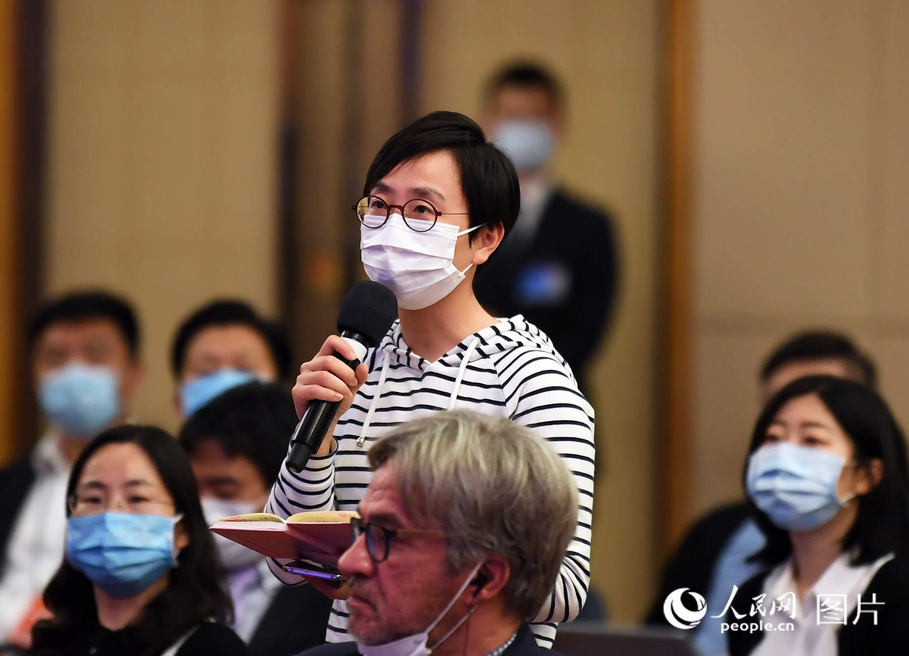 香港星岛日报记者提问。人民网记者 翁奇羽 摄