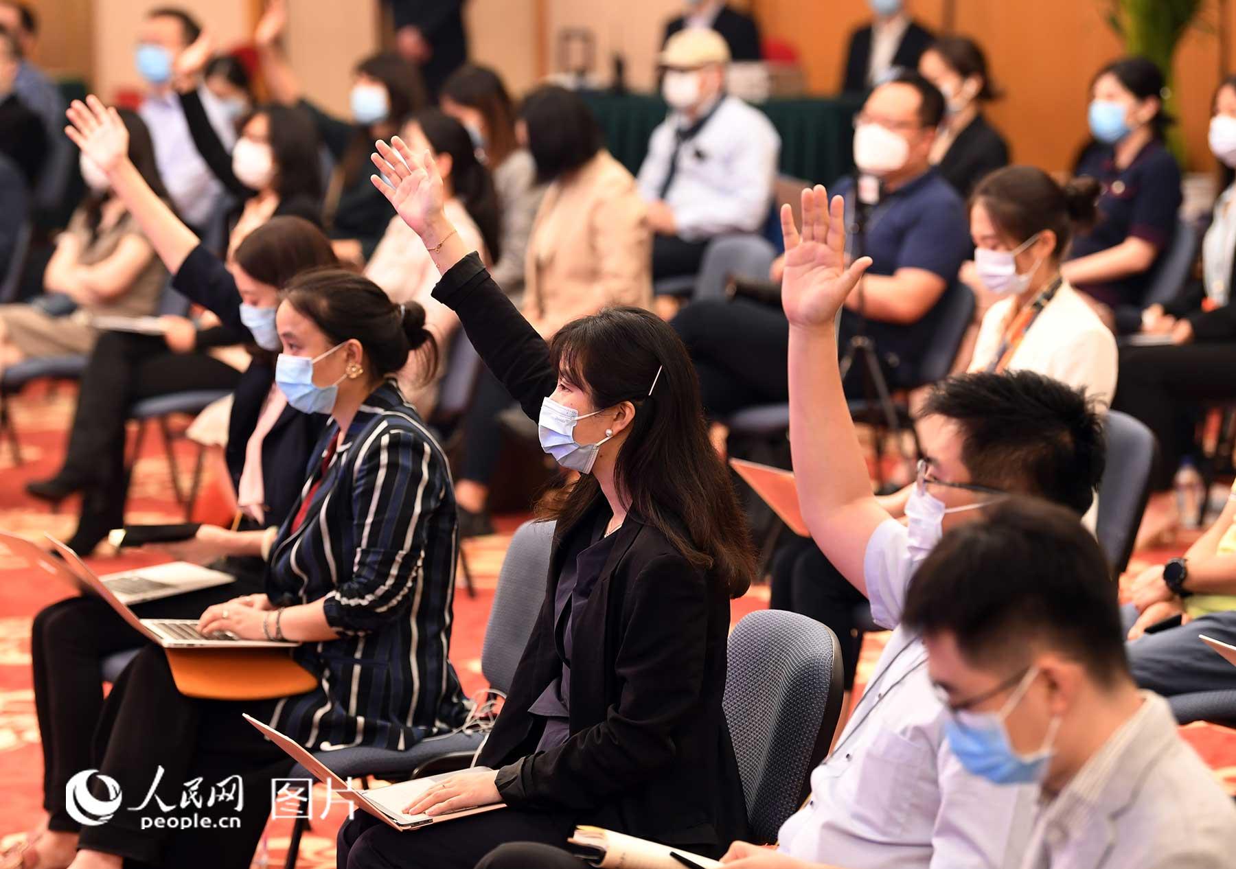 记者积极提问。人民网记者 翁奇羽 摄
