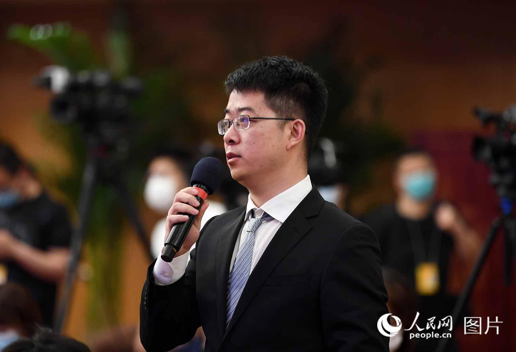 新华社记者提问。人民网记者 翁奇羽 摄