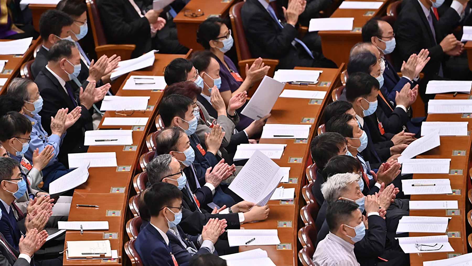 委员们认真听会。新华社记者 李鑫 摄
