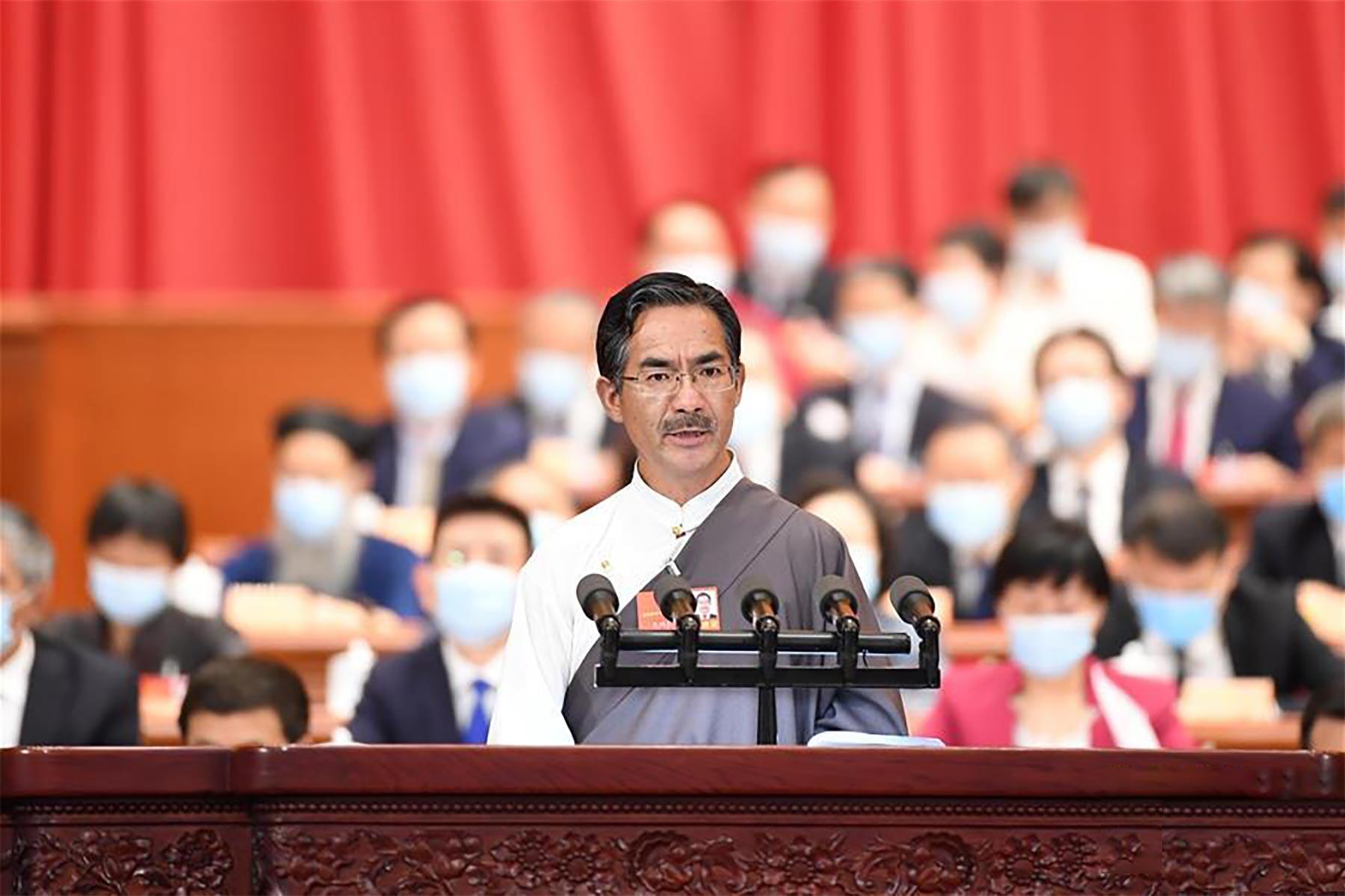 尼玛扎西委员作大会发言。新华社记者 燕雁 摄
