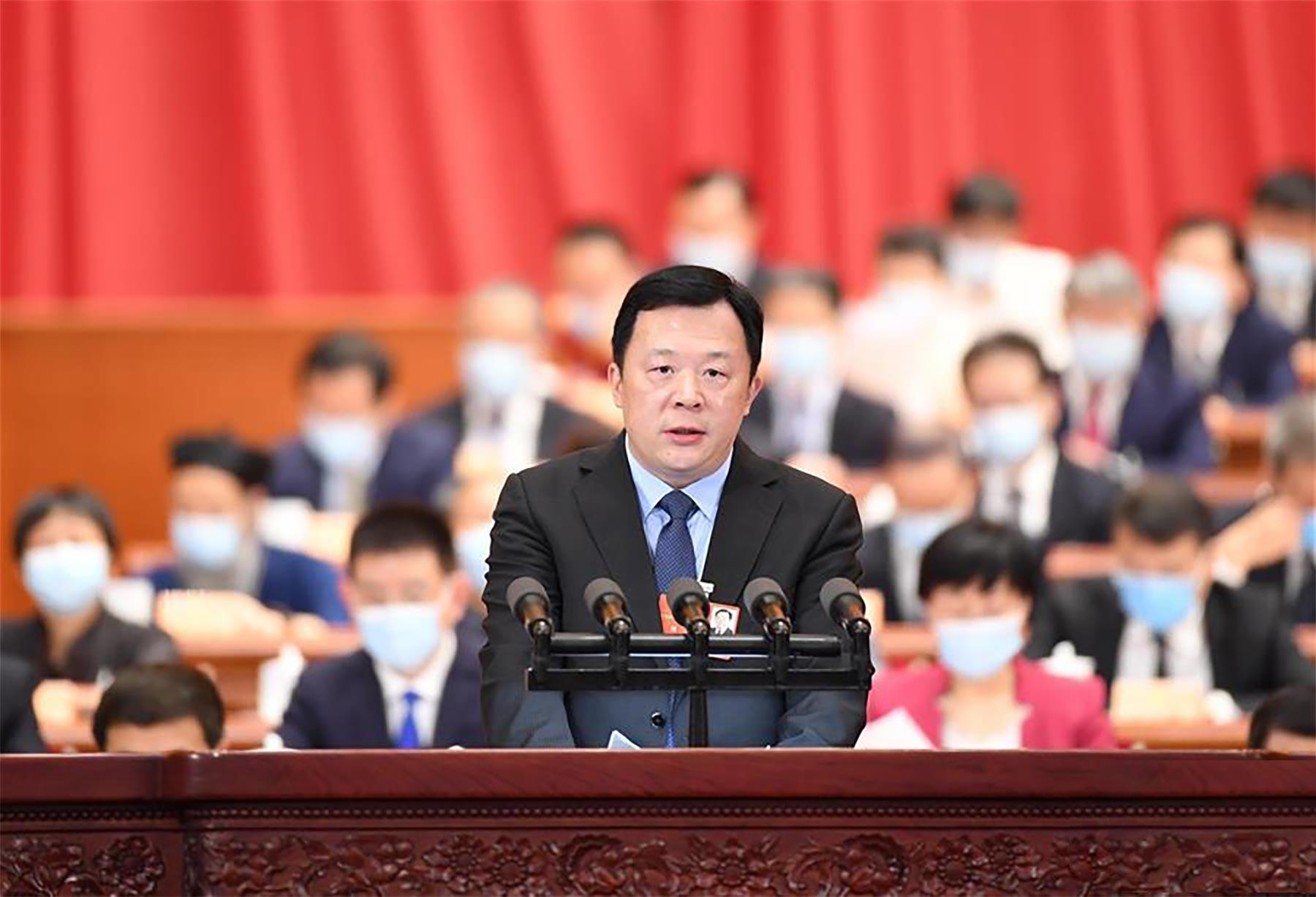 胡豫委员作大会发言。新华社记者 燕雁 摄