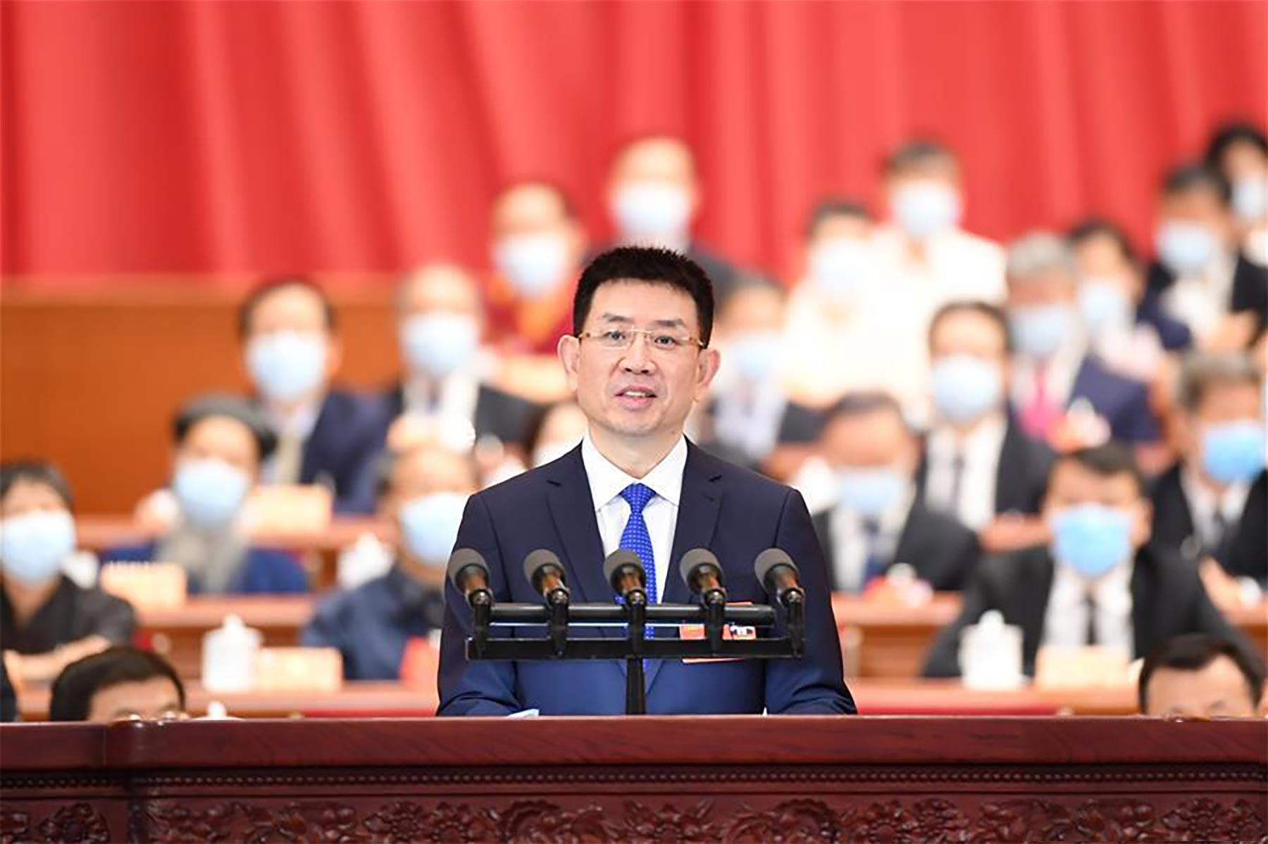 黄立委员代表全国工商联作大会发言。 新华社记者 燕雁 摄