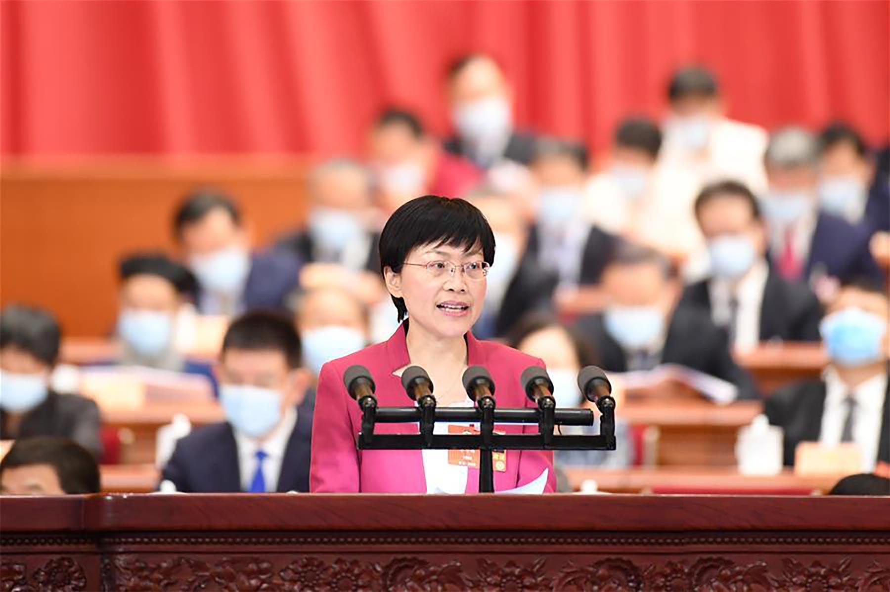 李学梅委员作大会发言。 新华社记者 刘彬 摄