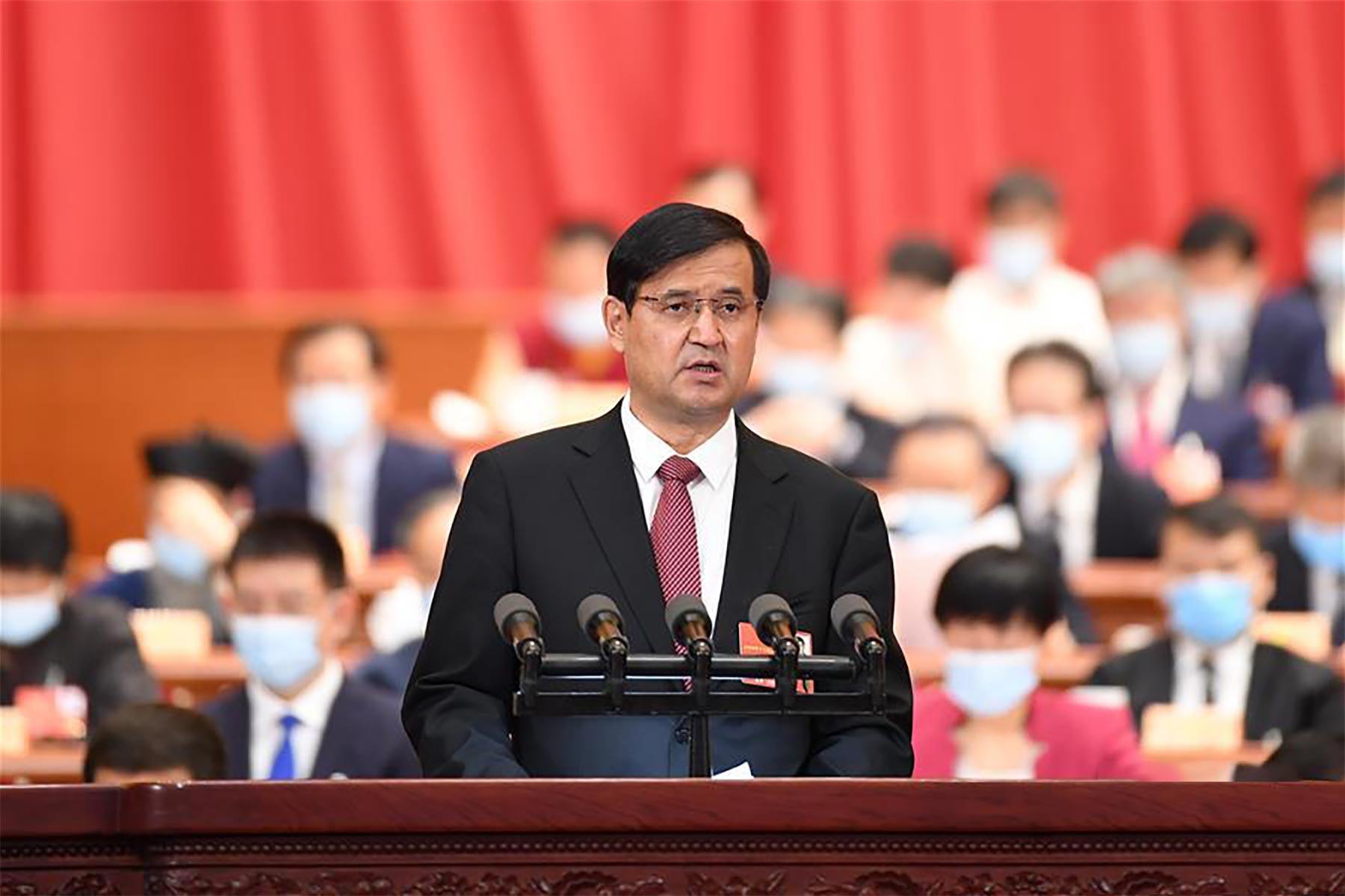 穆铁礼甫·哈斯木委员作大会发言。新华社记者 刘彬 摄